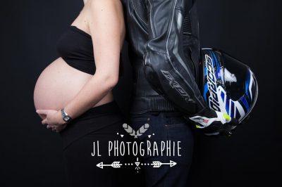 Photographie grossesse casque de moto et femme enceinte